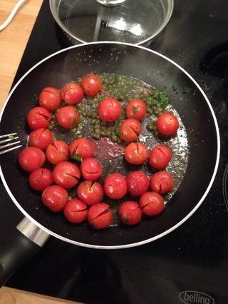 Ponga en una sartén a fuego medio y agregue las alcaparras, anchoas, orégano, perejil pocas hojas ligeramente picado, sal, pimienta y un par de cucharadas de aceite de oliva.