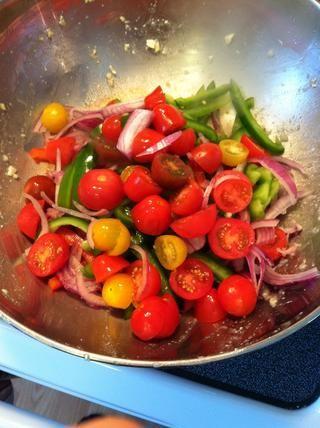 En la misma sartén antiadherente, cocinar todas las verduras hasta que estén tiernos crujientes.