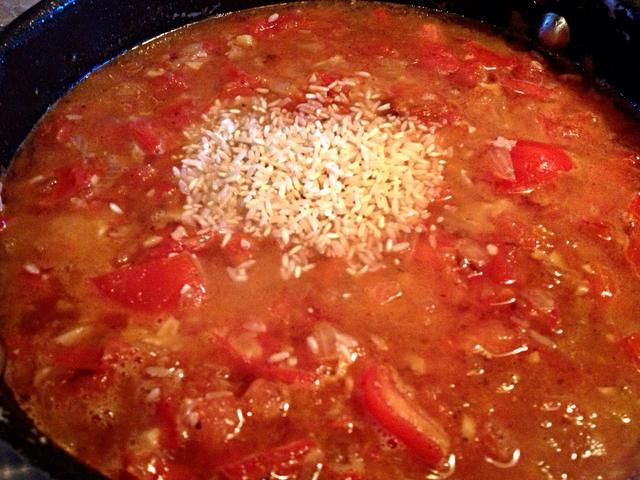 Añadir media taza de arroz y la cantidad apropiada de agua (por su paquete de arroz). Cubierta y cocine a fuego lento hasta que el arroz esté tierno (varía según el tipo de arroz). Este plato es igualmente delicioso con blanco, marrón, etc.