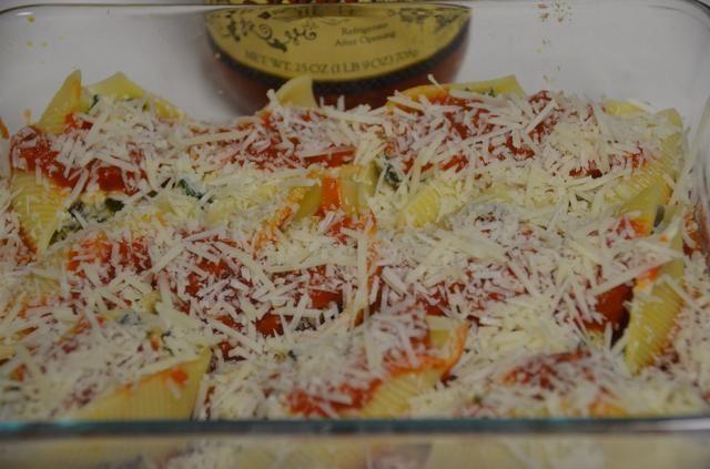 Espolvoree el queso parmesano y cubrir con papel de aluminio.