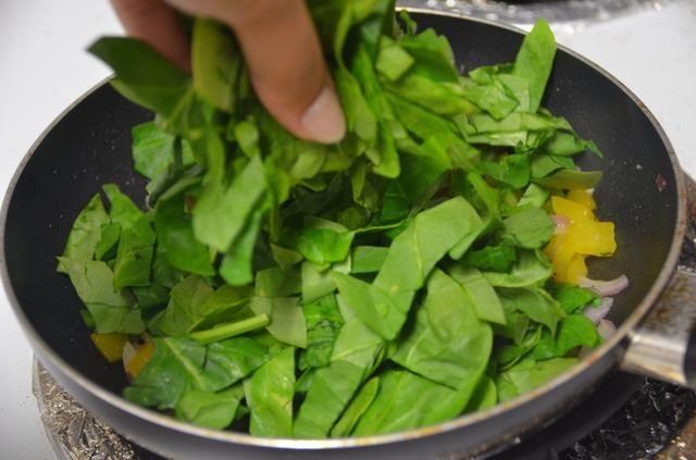 A continuación añadimos las espinacas picadas y cocinar durante unos minutos.