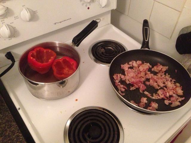 Añadir picado tocino a un sartén a fuego medio. Cuando su completamente cocido agregar la cebolla picada y el ajo con una cucharada de aceite vegetal. Cocine a fuego lento hasta que huele tan bien que puedas't handle it (20 min).