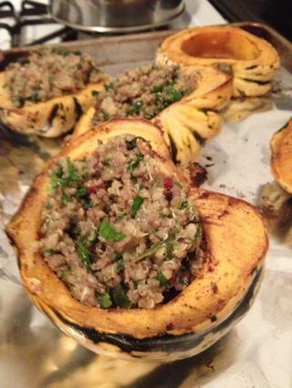 Combine la quinua cocida, carne picada, y vinagreta en un recipiente grande. Añadir las hierbas frescas. Scoop relleno en la calabaza al horno. Hornee rellenas de calabaza en el horno durante unos 40 minutos más.