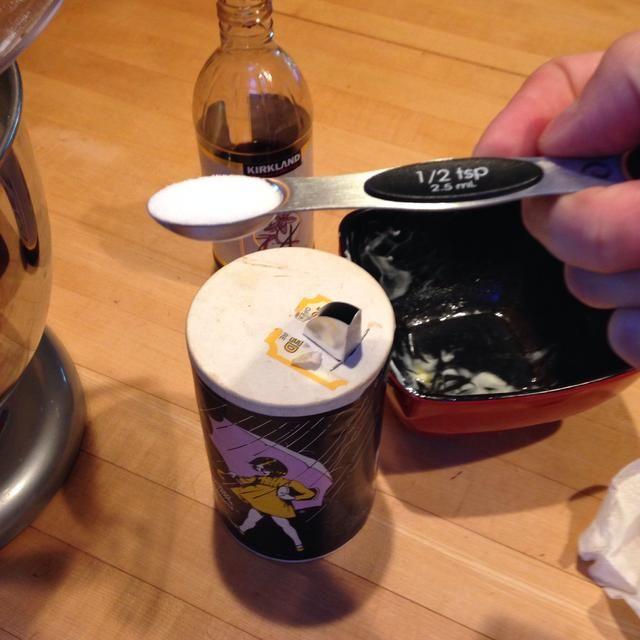 Añadir 1/2 cucharadita de sal a la mezcla.