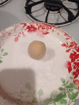 Enrollar la masa alrededor de la capa de azúcar y de manera uniforme