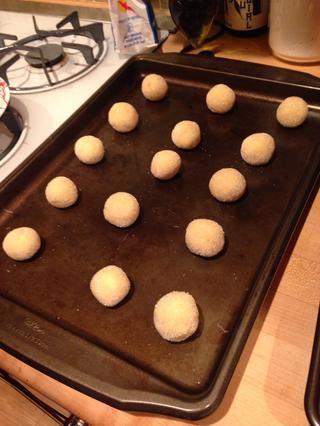 Coloque las galletas en una bandeja engrasada no.