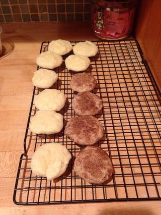 Hacer galletas de azúcar o garabatos snicker. He utilizado un cuarto de taza de azúcar y canela mezclados al lote para hacer garabatos snicker. Estas galletas eran el lote vegana y el hombre, hacen que el sabor increíble.