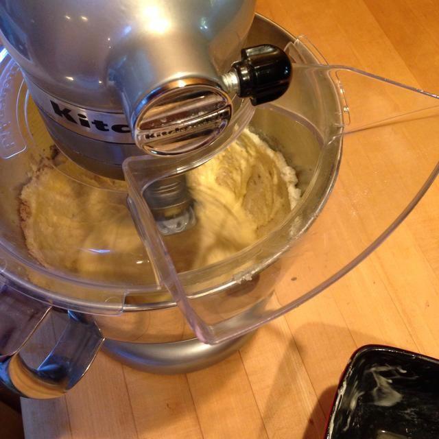 Añadir los huevos uno a la vez y crema de la mezcla.