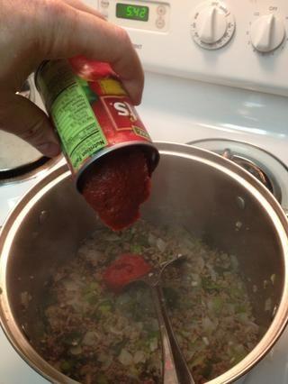 Añadir la pasta de tomate y fresco durante otros 3-5 minutos.