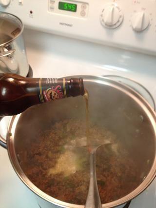 Añadir la cerveza y revuelva todo junto retirar los trozos dorados pegados desde el fondo del molde.