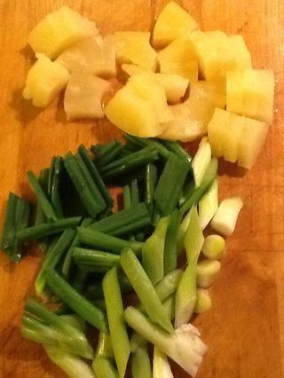 Por último añadir la cebolleta (si usarlo) y la piña en trozos