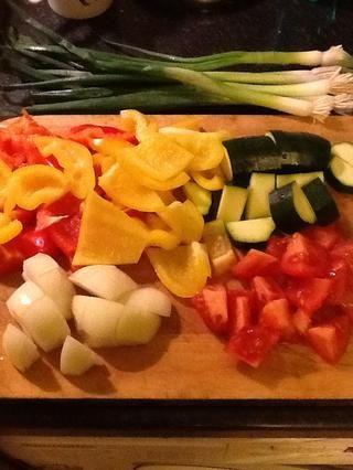 Mientras que los cocineros, cortar las verduras en trozos biggish