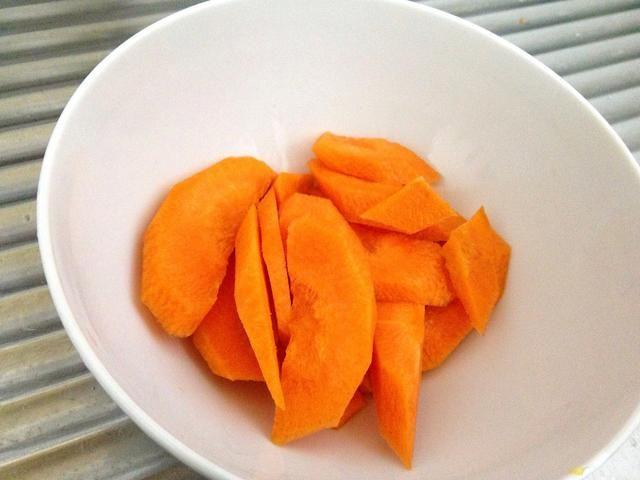 zanahoria, cortada por la mitad y en rodajas en diagonal