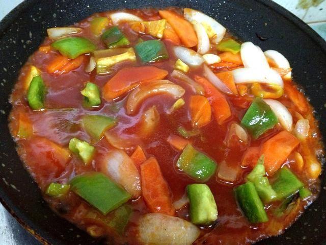 a continuación, añadir sólo una cantidad justa de salsa y cocine a fuego lento hasta que alcance una consistencia pegajosa poco