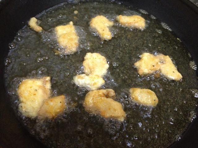fríe todo el pollo hasta que estén doradas y luego dejar de lado. ahora's time to prepare the sauce.