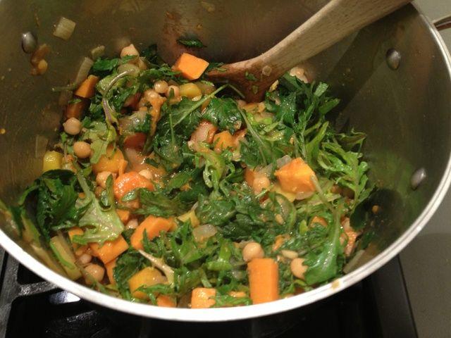 Mezclar en la col rizada y cocine hasta que el kale es suficientemente marchita.