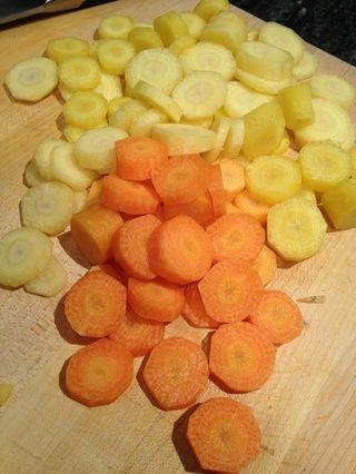 Pelar y picar 6 zanahorias. Zanahorias multicolores dan el plato un poco de color adicional. Encontré estas zanahorias amarillas bonitas en mi mercado local de agricultores.