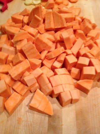 Pelar y cortar las patatas dulces en 1 pedazos pulgadas.
