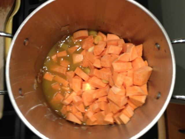 Mezclar en las batatas y zanahorias. Añadir el caldo de verduras.