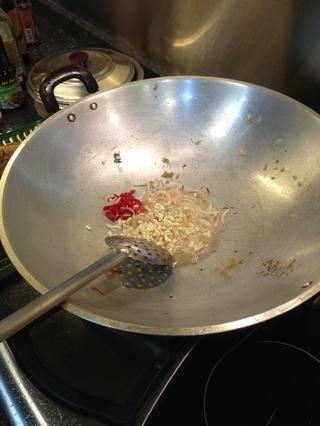 Agregue el ajo para freír
