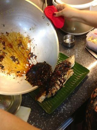 Vierta la salsa sobre la lubina