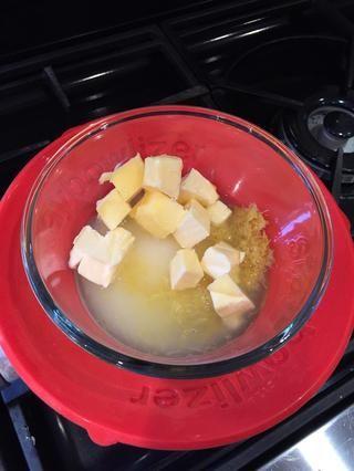 Coloque el jugo de limón, la ralladura, el azúcar y la mantequilla en un bol. Coloque recipiente sobre agua hirviendo (parte inferior del recipiente de no tocar el agua) y el calor hasta que la mantequilla se haya derretido