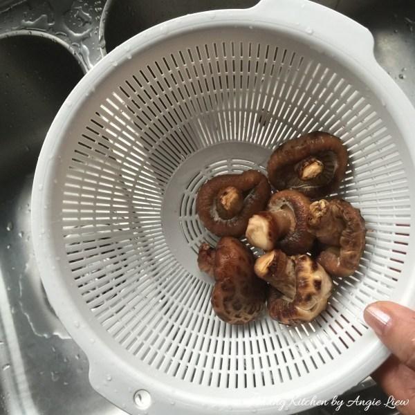 Cuando los hongos se han suavizado, escurrido bien y exprima el exceso de agua de ellos.