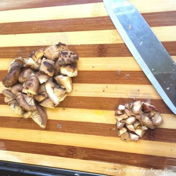 Cortar los champiñones suavizados en mitades o cuartos y picada la tallos de setas para uso posterior.