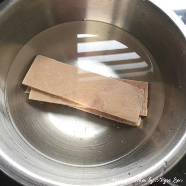 A continuación, remojar las hojas de beancurd dulces secos en agua fría hasta ligeramente suavizado.