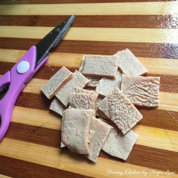 El uso de un par de tijeras, cortar en rodajas gruesas y reservar.