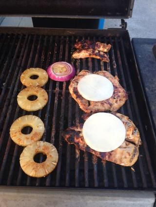 Ahora agregue la piña. Usted puede agregar las cebollas en antes, si los quieres más a la parrilla. Si quieres panes de hamburguesa tostado, ahora sería un buen momento para empezar.