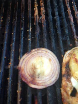 Después de la parrilla de la cebolla, lo puso en la parte superior del pollo deseado.
