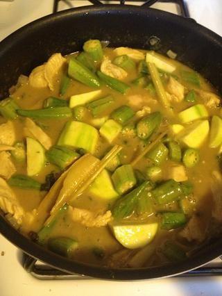 Tenga en cuenta que este de curry debe haber un equilibrio de salado, picante, dulce y amargo, más amargo (la amarga se encuentra en la guarnición de albahaca fresca).