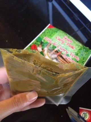Otros opcionales tales como hojas de lima, pimiento rojo, patatas, judías verdes.