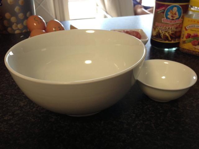 Gran plato de sopa para cocinar y servir. Pequeño plato de salsa para mojar salsa opcional lado.