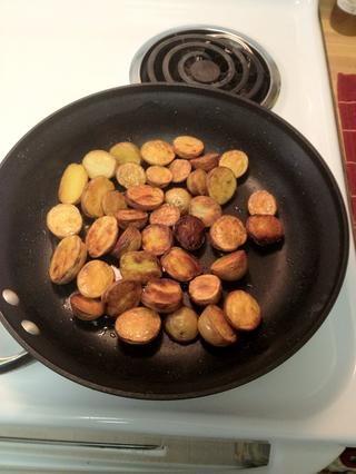 Voltear patatas una y dejar cocinar por otros 3 o 4 minutos.