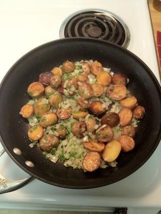 Ponga la cebolla, el perejil y el jalapeño a la sartén, mezclar con las patatas, añadir un poco más de aceite para cubrir todo y cocer durante un par de minutos.