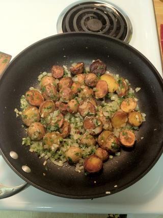 Baje el fuego a bajo (número 2 o 3) y luego añadir el ajo, la sal y la pimienta. Mezclar y dejar cocer a fuego lento durante unos 15 minutos.