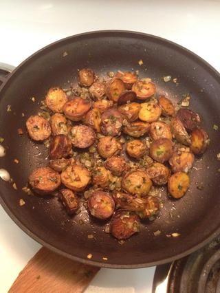 Las patatas están listas cuando estén doradas y las verduras estén suaves y caramelizada. ¡Disfrutar!