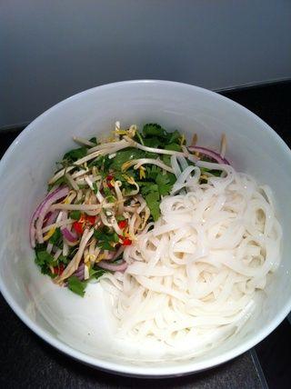 Por ahora, los fideos de arroz deberían estar listos. Deja que escurra y luego se dividieron por igual a los dos Boals.