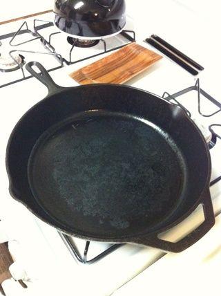 Utilice un molde para horno de fondo grueso para cocinar su carne. Yo uso una sartén de hierro fundido. Ellos're cheap, last forever and provide good heat distribution for an even cooking surface.