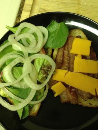 Añadir las verduras mixtas en la parte superior de tomate, luego cubra con la cebolla en escabeche.