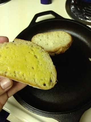 Precaliente el sartén a fuego medio, extendió la mayonesa en un lado de pan- lado lugar de mayonesa hacia abajo y cocinar durante unos 3 minutos.