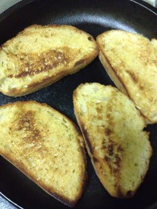 El pan debe ser de color marrón dorado cuando se hace, gire según sea necesario y presione hacia abajo en las partes poco cocidos para garantizar que se doren. Una vez lado mayonesa esté cocido retirar de la sartén y dejar de lado que se enfríe.