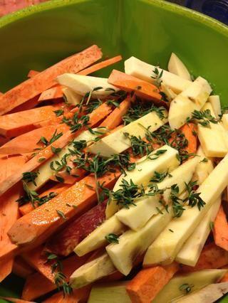 Rocíe el aceite de oliva sobre las papas y agregue sal y tomillo hojas. Revuelva bien y coloque en una bandeja para hornear.