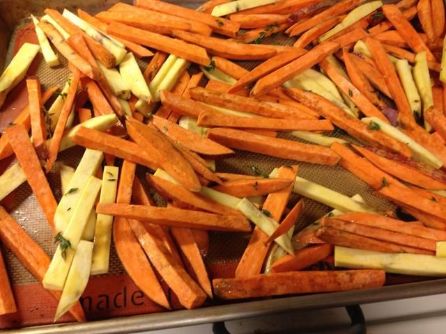 Coloque en el horno y hornear unos 25 minutos. O hasta que las papas fritas son suaves por dentro y crujiente a cabo.