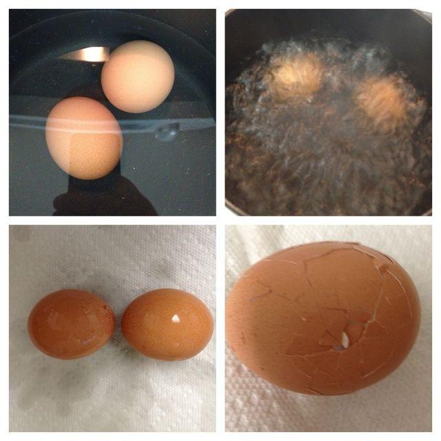empezar por ebullición dura unos cuantos huevos. llenar la olla con agua sobre los huevos, hervir el agua durante 3-5 minutos, sacar los huevos del agua y la cáscara.