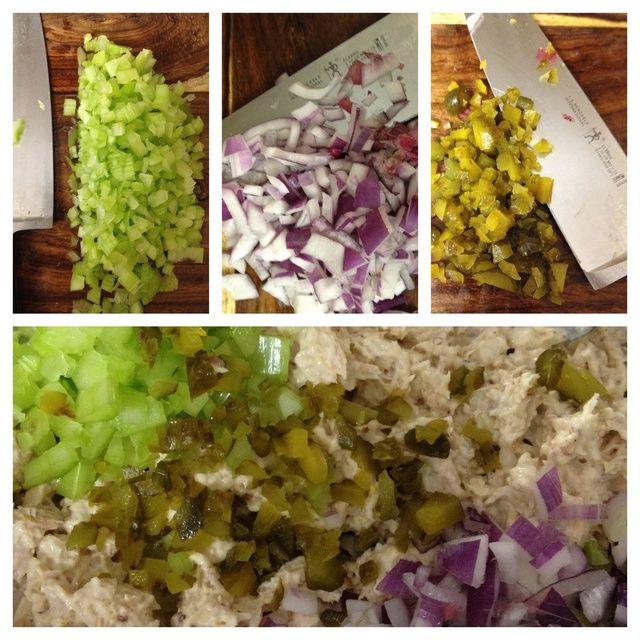 cortar el apio, la cebolla y pepinillos dulces - añadir a la mezcla de atún.
