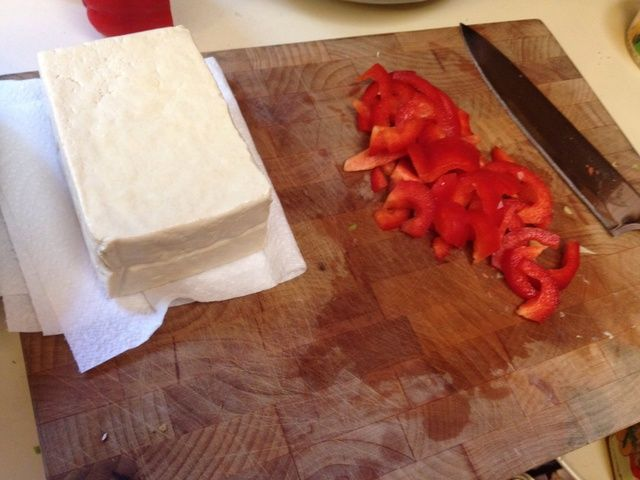 Si bien las papas hierven, cortar el tofu y pimientos (puede usar pollo y otras verduras que quieras!) Me gusta mi tofu firme así que trato de obtener la mayor cantidad de líquido como sea posible con una toalla de papel.