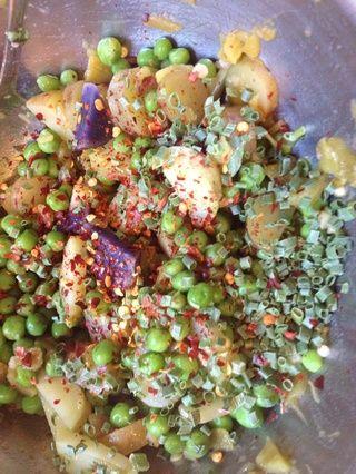 Cuando se hacen los guisantes, añadir a las patatas. A continuación, agregue la cebolla verde y hojuelas de chile rojo para más Flavor Flav